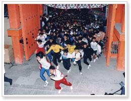 開門神事 本殿を目指して走り出す参拝者たち