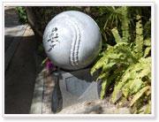 星野仙一氏の揮毫によるボール型のモニュメント