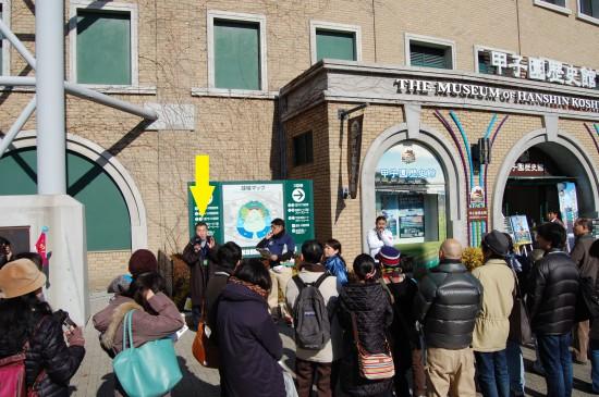 1.甲子園歴史館の前で挨拶する木嶋さん DSC_9308