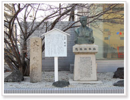 傀儡師故跡の碑と百太夫の銅像