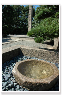 「宮水発祥の地」の石碑と梅の木井戸